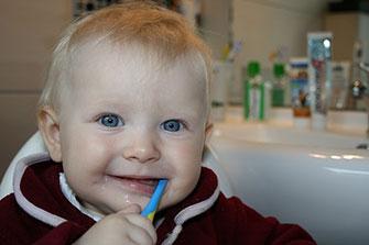 Skal jeg bruge børnetandpasta til baby?
